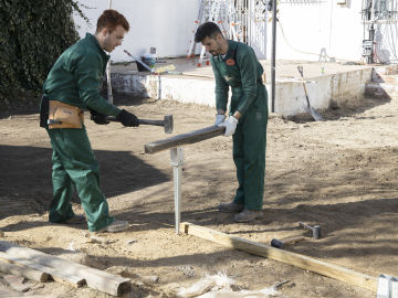 El principio de Arquímedes según Álex, ¿cómo se coloca el suelo exterior a nivel?